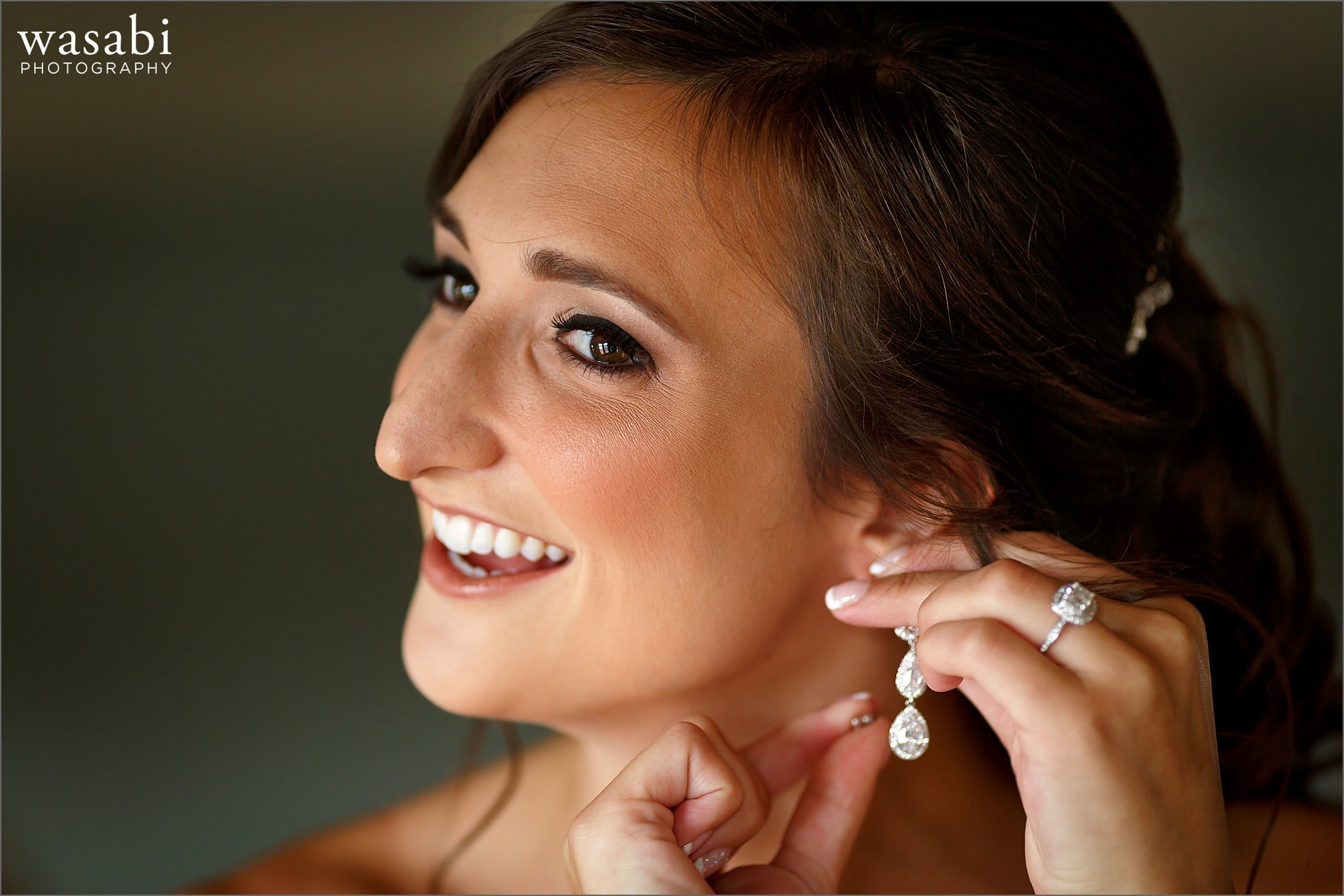 ivanhoe country club bride putting on earings