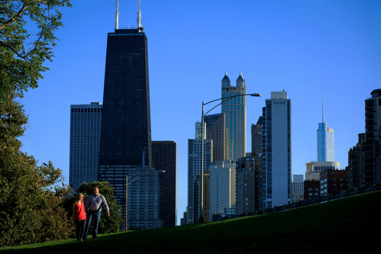 north-avenue-beach-chicago-skyline-engagement-photos-06